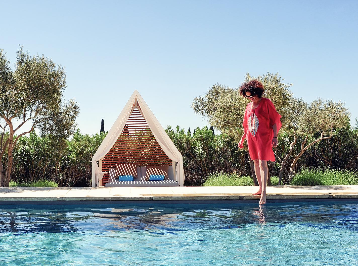 Concept-Hôtel Hameau des Baux : détente et sport autour de la piscine ou en pleine nature grâce à une palette de soins et d'activités. www.hameaudesbaux.com